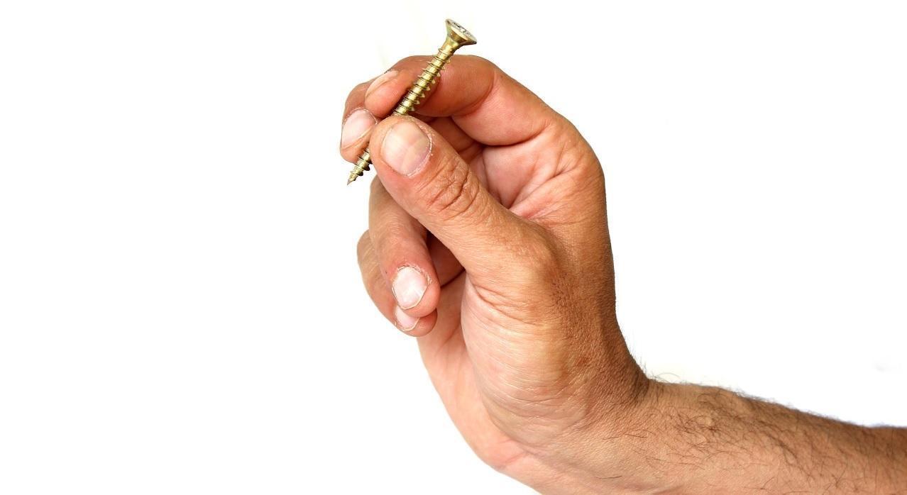 skrutka v ruke