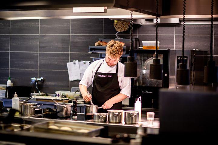 Kuchár varí na indukcii.