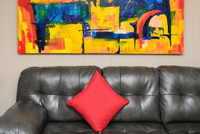 Kožená sedacia súprava v obývačke.
