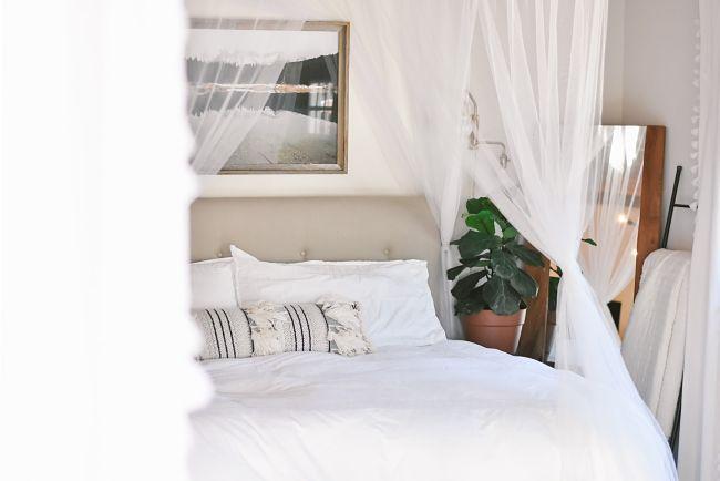 Elegantný baldachýn nad posteľ