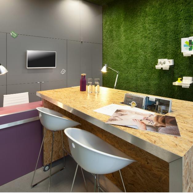 Showroom s aplikáciou umelej trávy na stene