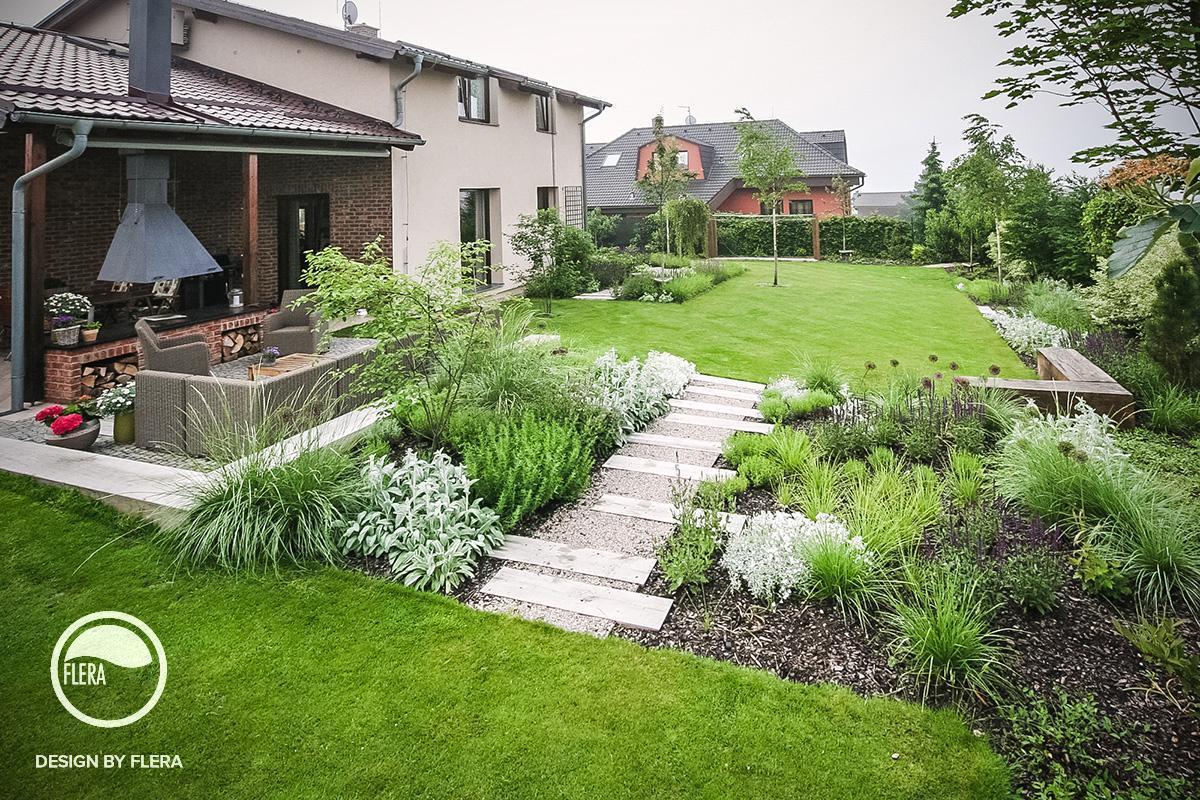 Rozľahlá záhrada so žabkou