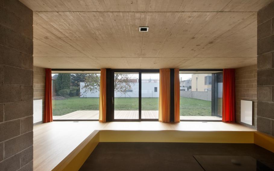 Priestranná obývačka s veľkými oknami