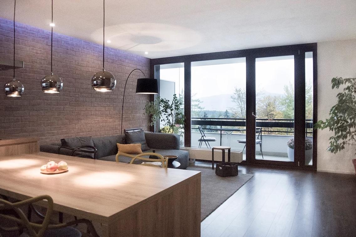 Priestranná obývačka s francúzskym oknom