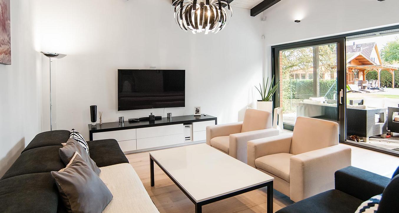 Prosklený obývací pokoj - Interiér rodinného domu, Praha Západ