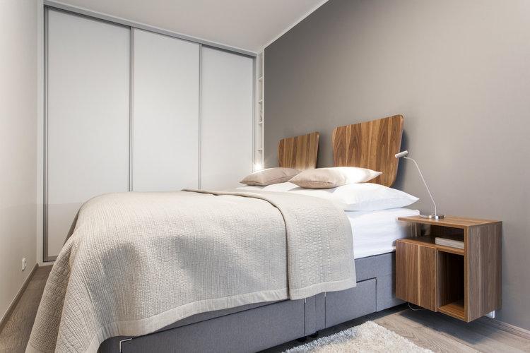 Manželská postel se šatníkem