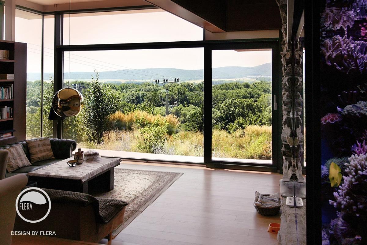 Obývačka s veľkým oknom a krásnym výhľadom