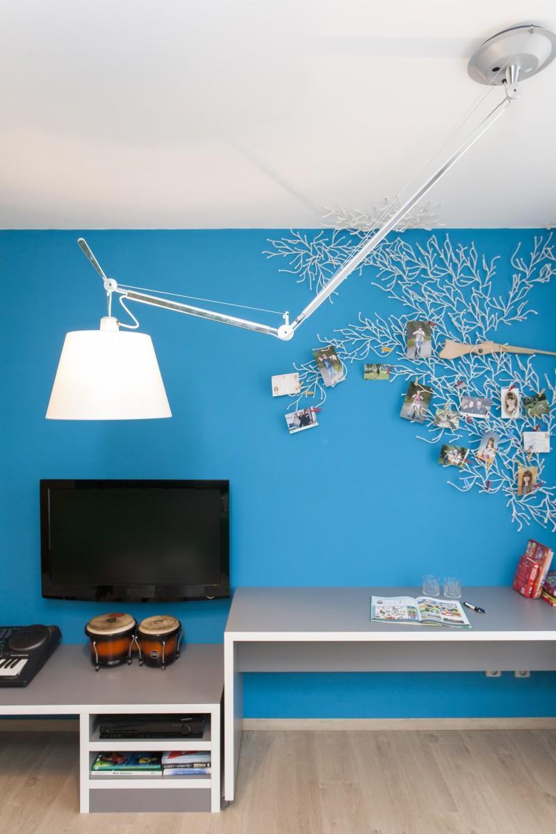 Modrá stena s fotografiami