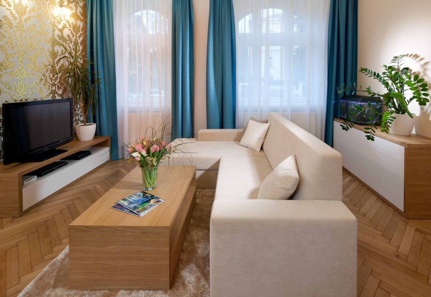 Obývačka s tyrkysovým a zlatým akcentom