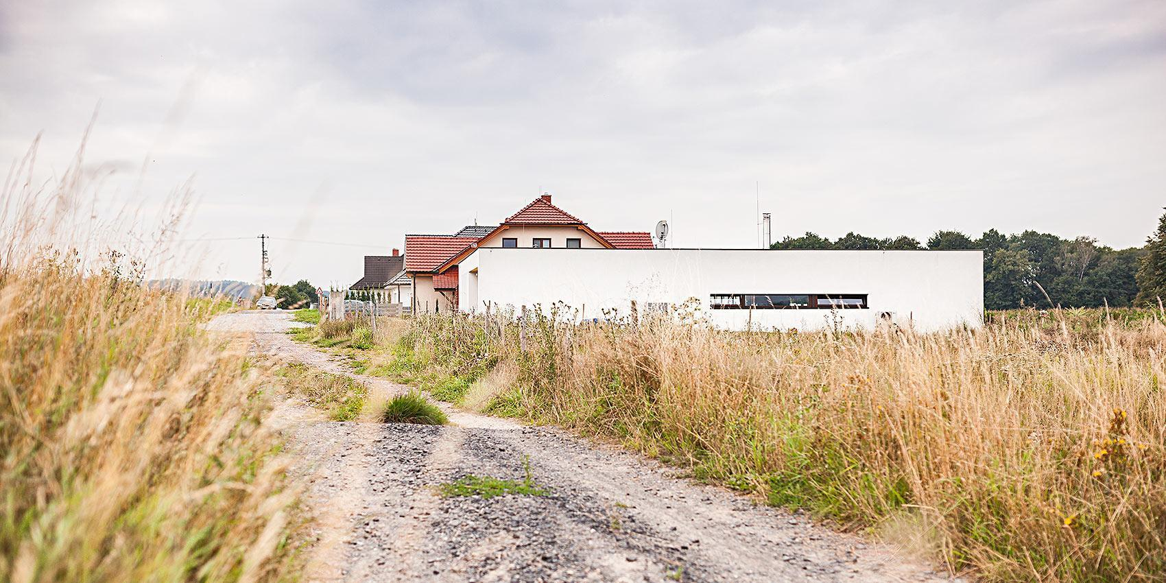 Dům s atriem - příjezdová cesta