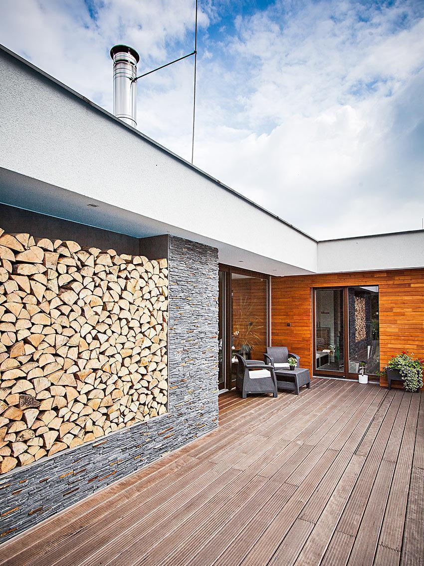 Dům s atriem - kůlnička na dřevo