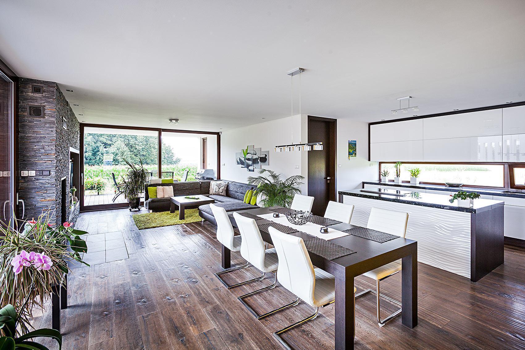 Dům s atriem - obývací pokoj s jídelnou