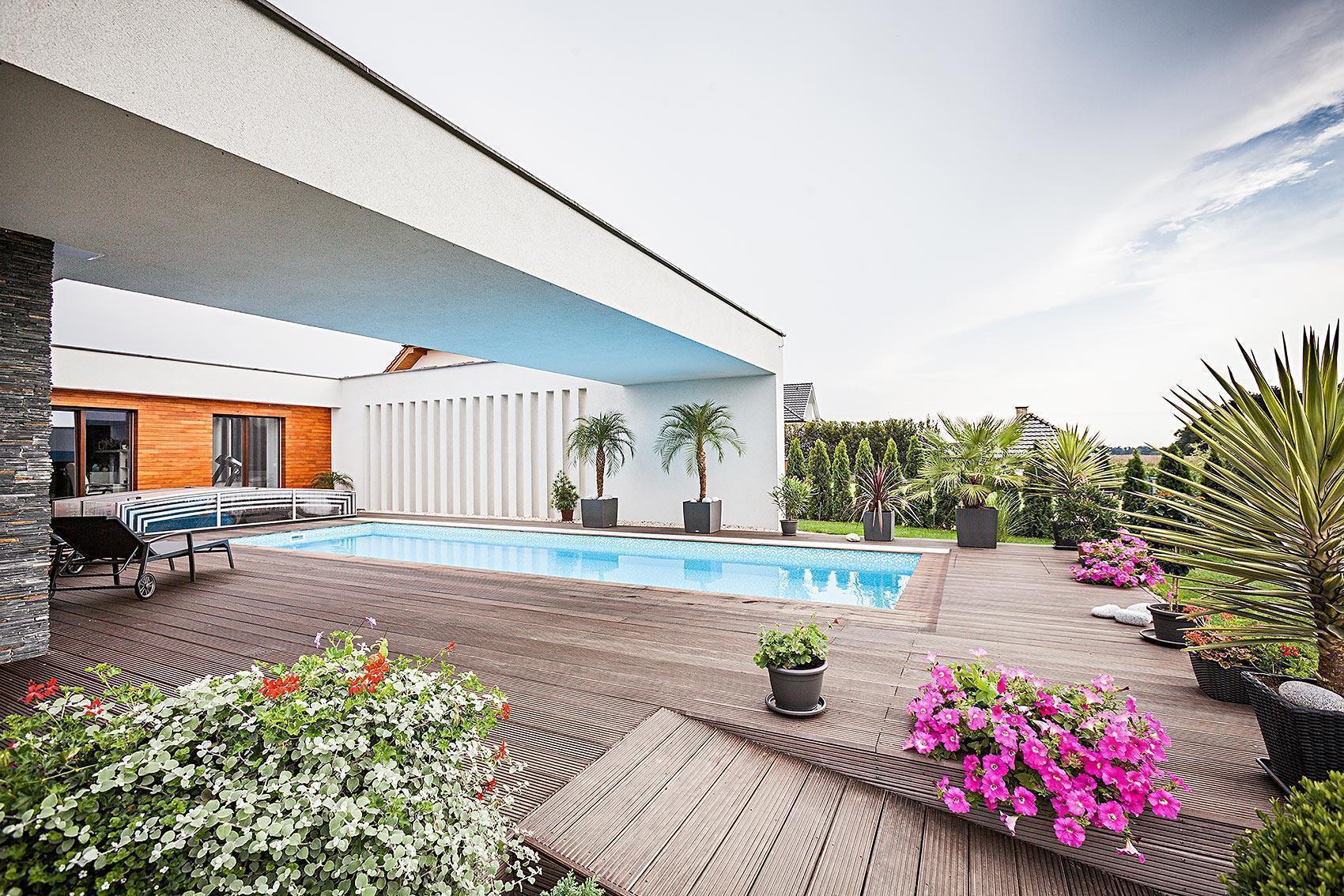 Dům s atriem - bazén s palmami