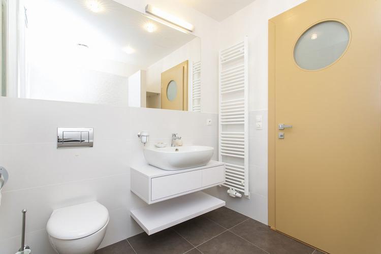 Kúpeľňa so žltými dverami