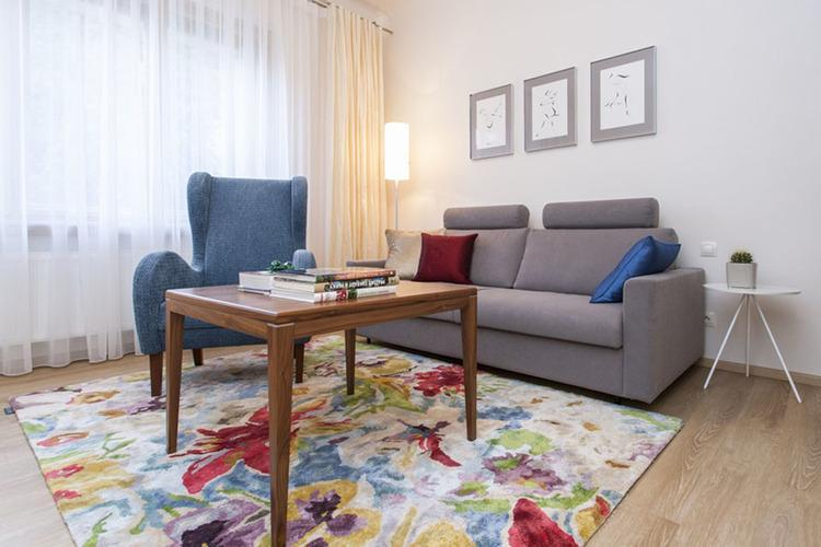 Obývačka s farebnými detailami