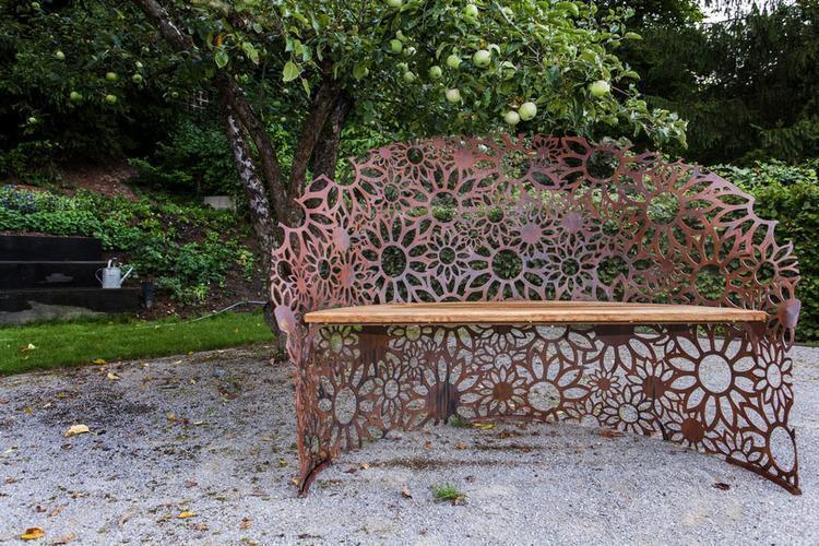 Umelecká lavička v záhrade