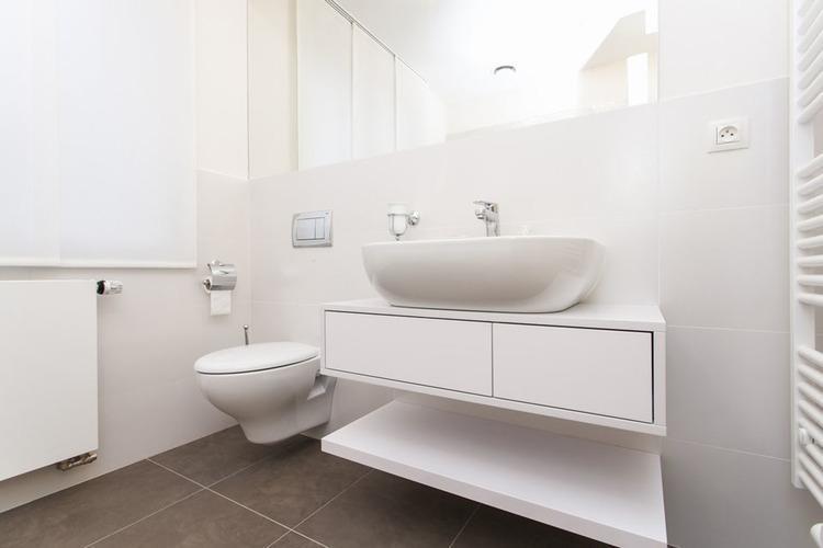 Biely kúpeľňový nábytok