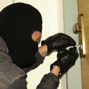 Tretina ľudí sa na noc nezamkýna. Je to pozvánka pre zlodejov, varujú odborníci.