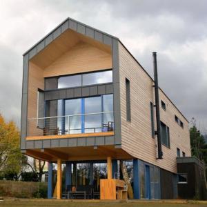 Makrowin dodal okná na zaujímavú drevostavbu