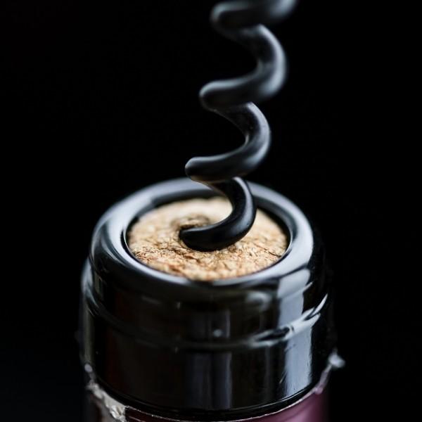 11 najlepších spôsobov, ako otvoriť víno aj bez vývrtky