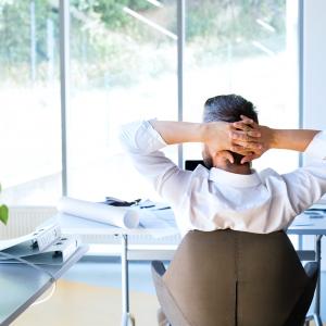 Trápia vás bolesti chrbtice? Na vine môže byť aj zlý výber kancelárskej stoličky