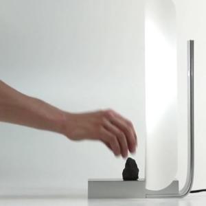 Lampa ovládaná pohybom kameňa