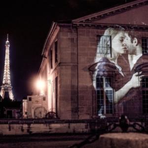 Bozkávajúce sa páry premietané na fasádach domov v Paríži
