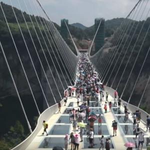 Najdlhší sklenený most na svete je v Číne