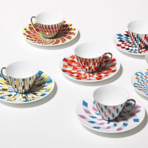 Zrkadlové šálky odrážajúce farebné vzory z podšálky